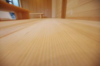 家の中で見るポイント - もみの木の床はなぜ無塗装なの?